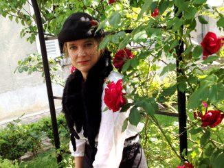 Suzanne dans les roses